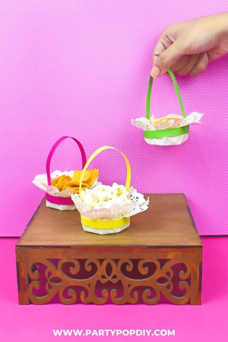Canasta de papel para dulces y snacks #blondasdepapel #manualidadesdepapel #manualidades #dulceros #canastadepapel #bolos Baby Shower, Snack, Diy, Breakfast, Cakes, Paper Envelopes, Sewing Crafts, Paper Crafts, Birthday Cards
