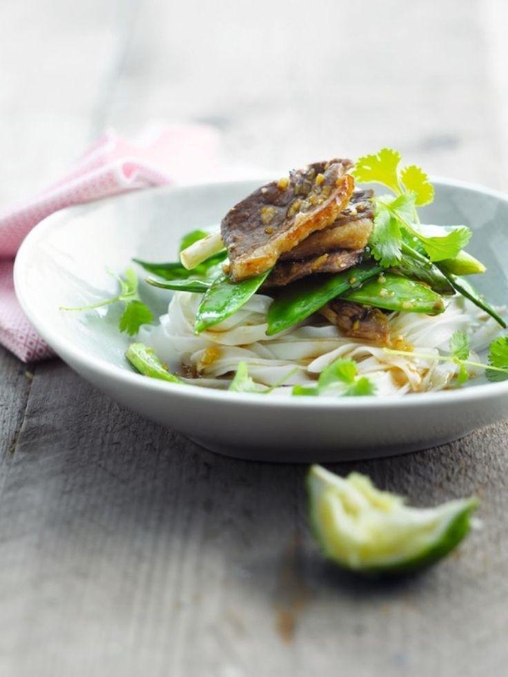 Bereiden:Snij de eendenborst dwa rs in vrij dunne reepjes. Snij het citroengras en de gember in heel kleine stukjes (anders te hard om te eten). Vermeng de sojasaus, mirin, sinaasappelsap, citroengras, gember en sechuanpeper in een kom. Schep de reepjes eend hierin om zodat ze geheel bedekt zijn met de marinade.Kook de rijstnoedels al dente in gezouten water.Verhit een wok met wokolie, neem de reepjes eend uit de marinade en roerbak ze 1 minuut op hoog vuur. Haal uit de wok, dek af e