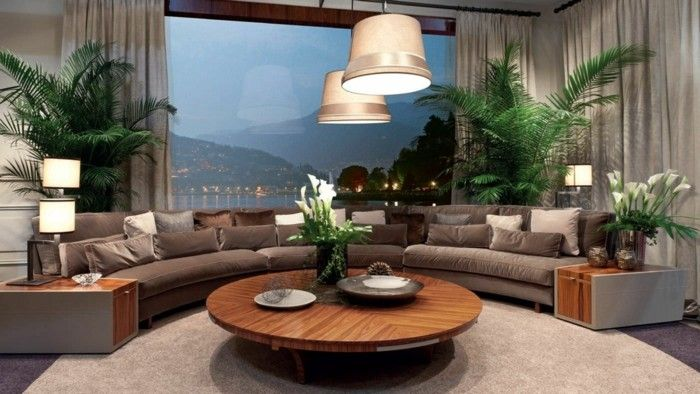 rundes sofa großes wohnzimmersofa viele pflanzen runder couchtisch