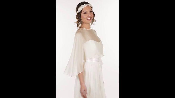 Accessoire pour robe de mariée. Cape ouverte dans le dos en mousseline de soie satinée. Joue parfaitement la transparence sur votre robe. CA1B-330€ www.metalflaque.fr