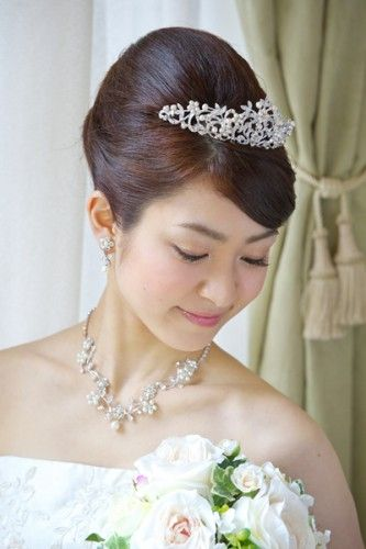 高めのプリンセススタイル ウェディングドレス・カラードレスに合う〜夜会巻きの花嫁衣装の髪型一覧〜