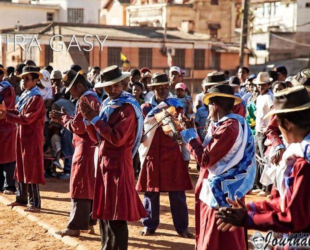 #Madagascar #Antananarivo L'Hira Gasy (letteralmente canto Malgascio) è una forma d'espressione artistica molto popolare e le sue origine risalgono ai concorsi di danza e canto del XIV secolo. L'Hira Gasy è un genere musicale misto, fra un discorso recitato ed il canto, ed è a metà strada fra l'arte tradizionale ed i canti moderni e fra i giochi profani e la cultura religiosa... Continua su: www.alessandrojournal.it