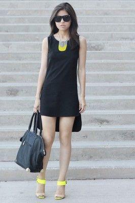 Look de vestido corto negro con collar y tacones en color amarillo neón