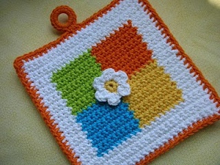 Whiskers & Wool: Four Square Crochet Potholder Pattern - FREE! The little flower in the center is a nice touch.