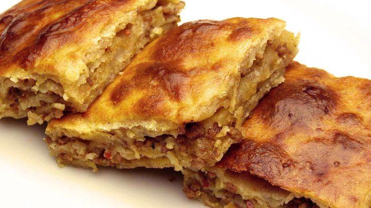 Börek mit Hackfleisch ist ein türkisches Gericht, das zur Mittagszeit mit abgekühlte Ayran und am Morgen zum Frühstück mit seiner saftigen Füllung, dem Hackfleisch, das mit wenig Öl, Zwiebel und den Gewürzen gebraten wird mit eine Tasse Tee sehr köstlich schmeckt. Nach Wunsch können sie, je nach Menge der Zwiebel, Korinthen und Pinienkerne zugeben, dass…