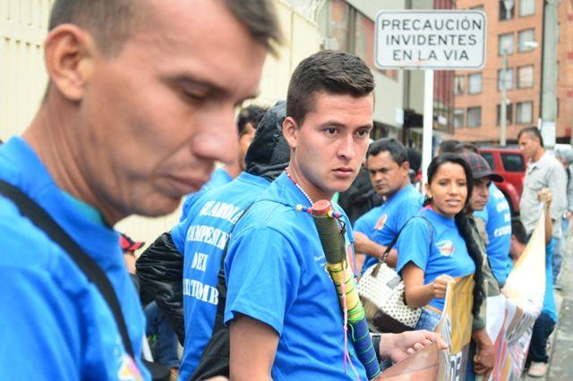 29 de mayo, marcha por las víctimas. Guardia campesina frente a la Defensoría del pueblo.