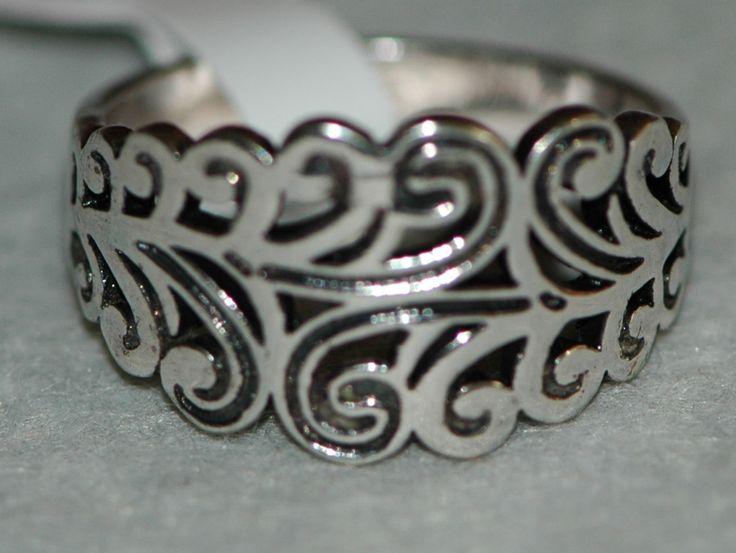 Un anillo clásico acabado en plata antigua, estilo Vintage y dibujo calado,