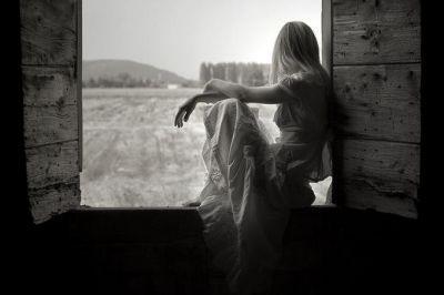 Vorrei essere vento, leggero / sopra esili foglie / di nobili alberi. // Vorrei essere nebbia, umile / così da guidarti / lungo / deserti sentieri / delle nostre lunatiche indoli. // Vorrei essere uomo, ombra / nel vespero tramonto / sopra irrequieti