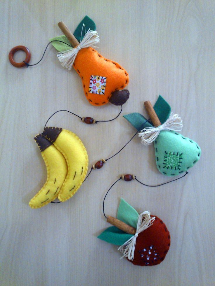 Móbile com frutas em feltro. Decorado com canela, contas, palhinhas. Ideal para enfeitar porta ou janela da cozinha. Também pode ser feito com outras frutas....Consultar.