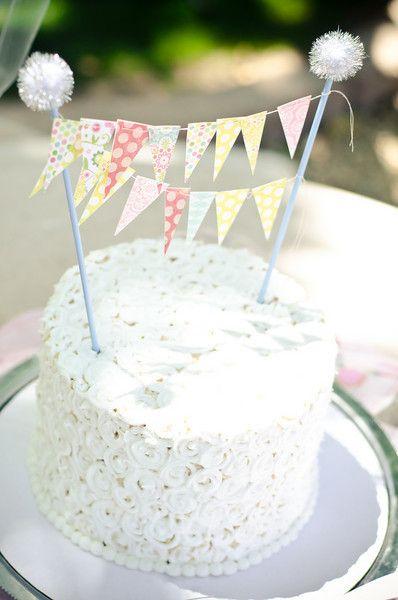 Cómo decorar una tarta de cumpleaños con guirnaldas