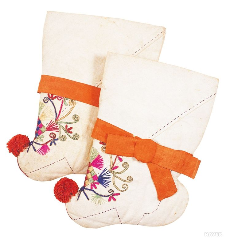 꽃신 - 버선 Korean traditional socks when wearing Hanbok                                                                                                                                                     More