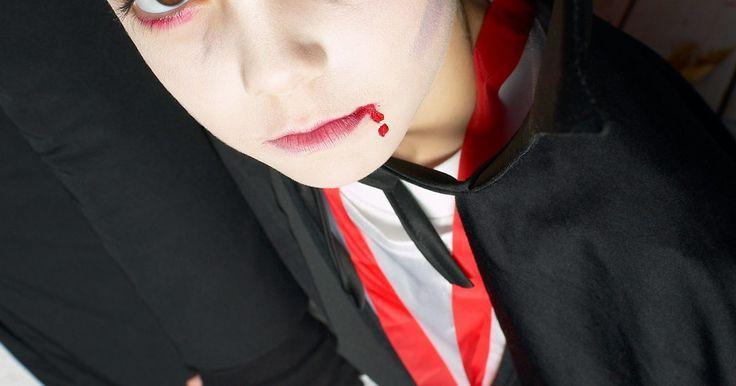 Como fazer uma máscara de vampiro. Fazer máscaras de Halloween é um artesanato assustador e divertido que vai deixar as crianças no clima perfeito para o feriado. Transforme alguns papeis coloridos em uma fofa, porém assustadora máscara de vampiro que pode ser usada com um traje ou apenas para algumas brincadeiras de Halloween. Máscaras de vampiro são perfeitas para uma festa de ...