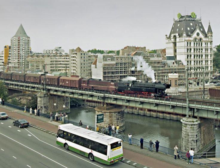 Rotterdam - Luchtspoor Blaak. 1993 Laatste rit van de stoomtrein over het spoorviaduct.