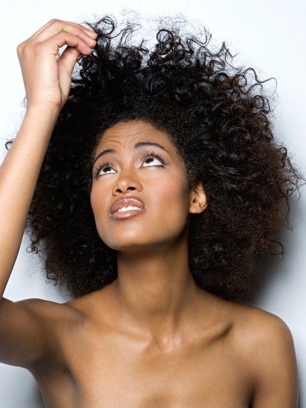 SOS cheveux crépus : les bons gestes et les bons produits - Cosmopolitan.fr