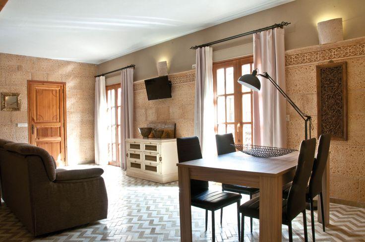 Un salón con mucho estilo. Revestimiento Salamanca, moldura Mayor y columna Aros usada como aplique.