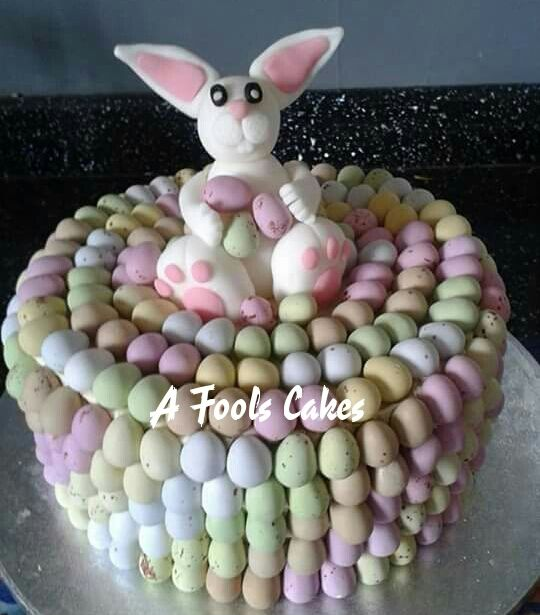 The easter bunny and his eggs! #easterbunny #minieggs #afoolscakes