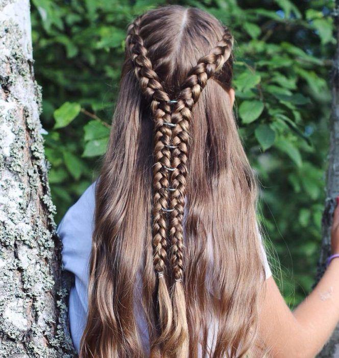mujer de cabello largo con dos trenzas largas y anillos