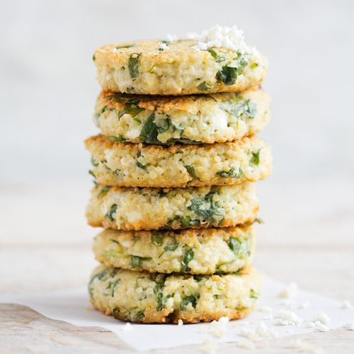Zien ze er niet geweldig uit, deze quinoakoekjes met bloemkool? Van de bloemkool maak je een kruimelig mengsel, dat je mengt met gekookte quinoa en vervolgens koekjes van bakt. Lekker als borrelhap of als bijgerecht en hardstikke gezond!    1 Doe...