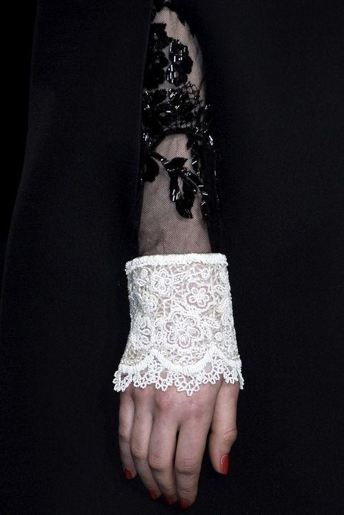 Na coleção Valentino F/W 2013 é de notar o trabalho de rendas do punho da peça, na qual remete para o período do rococó , em que o uso de rendas e tecidos transparentes era bastante usual.