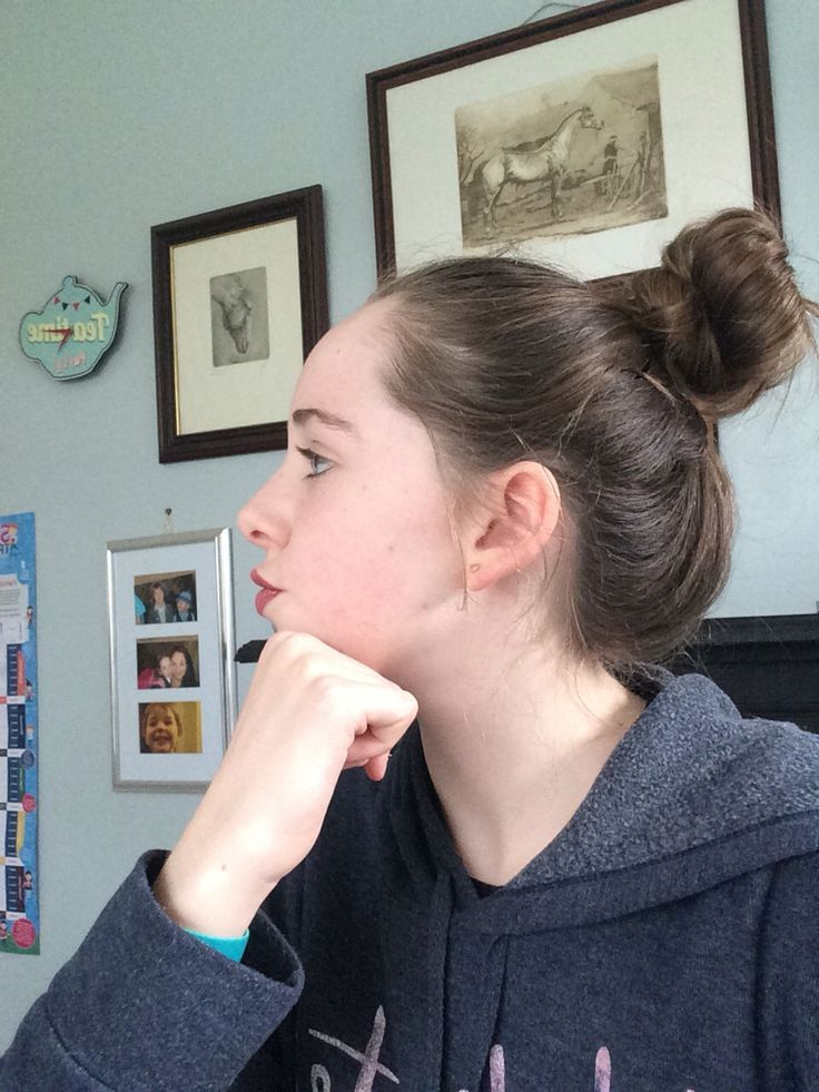 My messy bun for casual and lazy days . So easy !