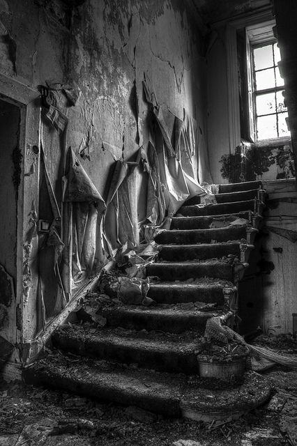 Garthland House Staircase on the outskirts of Lochwinnoch, was one of Renfrewshire's most majestic mansions. The greyish-pink Tudor-style architecture of the two-storey building was enhanced by a pillared porch, elegant stairway, ivy-clad walls, pedimented portico, soaring chimneys, sloping roof and exquisitely-carved dormer and bay windows. Built in 1796