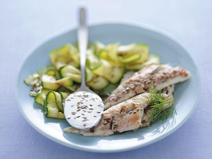 Filetti di triglie con zucchine e salsa di yogurt e aneto