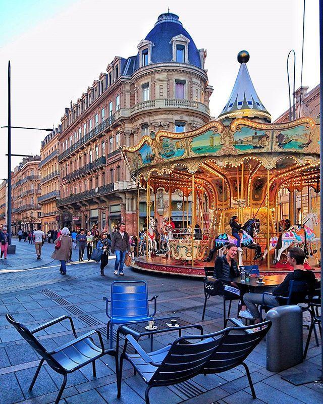 Ce que j'aime faire à Toulouse : m'asseoir et regarder le ballet incessant des passants, capter le regard émerveillé des enfants qui s'apprêtent à faire un tour de carrousel et me balader le nez en l'air afin de ne pas perdre une miette de cette ville lumineuse. #toulousemonamour
