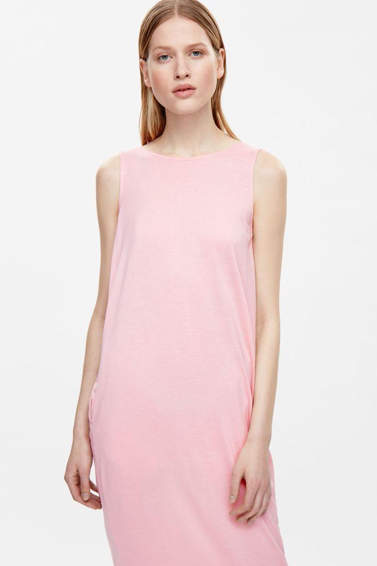 Láskyplné kúsky, ktoré vás chytia za srdce. V jednoduchosti je krása. Svetloružové pohodlné šaty s predĺženým strihom. Široký okrúhly výstrih, skryté vnútorné vrecká. COS 59 €