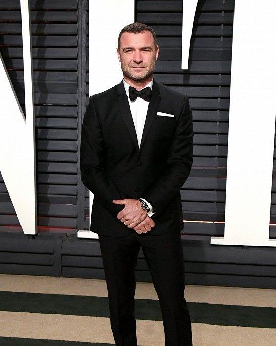 Herec Liev Schreiber zvolil klasický černý oblek. Hlavní roli v jeho outfitu ale hrály hodinky od Tiffanyho z nerezové oceli v hodnotě přes 150 tisíc.