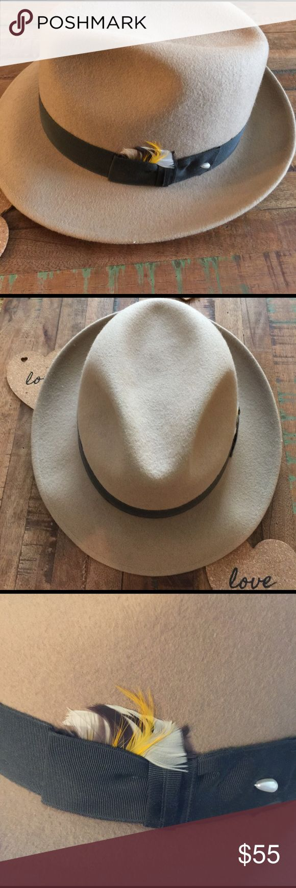 💥Tan Dobbs Hat💥 Beige Dobbs Hat with brown ban and feather. Size 7 5/8  In excellent condition. Dobbs Accessories Hats
