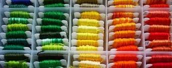 Dag 15 Al die kleurtjes garen zijn natuurlijk het makkelijkste te gebruiken als ze ook netjes opgeruimd zijn. Deze garen opbergdoos is daar erg handig voor. Neem een stukje karton en wikkel daar het garen omheen. Plaats ze in de doos en je hebt alles netjes en overzichtelijk bij elkaar. De opbergdoos met 20 vakjes  is te vinden in de webshop http://www.bijviltenzo.nl/a-26427515/opbergen/opbergdoos-met-20-vakjes/