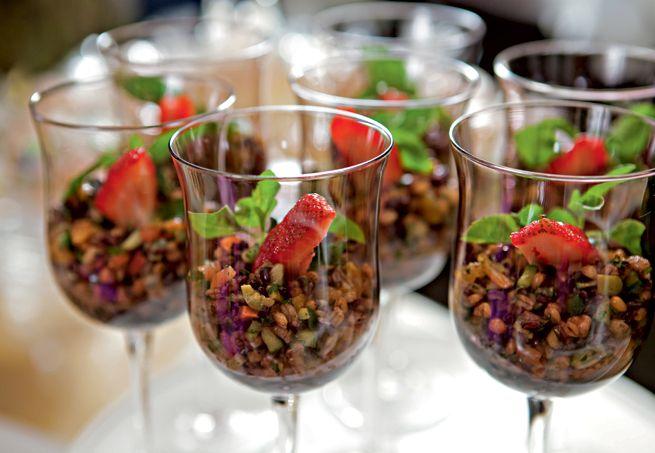 A salada de grãos integrais com damascos, legumes crocantes e coalhada seca já é uma delícia. Apresentada elegantemente em taças, fica melhor ainda
