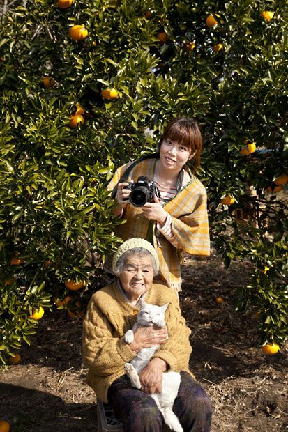 Miyoko Ihara pictured with her 88-year-old grandma, Misao and her odd-eyed cat Fukumaru -Lokaverkefni í ljósmyndun