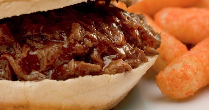 Cómo congelar un cerdo asado. El cerdo asado es simple y poco costoso y produce bastante carne. Después de que un asado se acaba y estás cansado de las sobras, prepara tu cerdo para el congelador. El cerdo asado es usualmente hecho con el trasero Boston, el cual tiene alto contenido de grasa. Esto crea un producto final jugoso. Estos jugos también ayudan a que el cerdo se ...