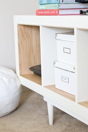 Matériel : – Étagères Expedit ou Kallax (002.758.48) – Contreplaqué de bouleau – Tasseaux de bois – Mastic, cire, peinture, pieds de meuble, écrous à enfoncer scie, prince, perçeuse. Description : D'abord, contre-plaqué de bouleau pour s'adapter à l'intérieur des casiers du meuble. J'ai décidé de couvrir l'intérieur (en bas, en haut et sur les côtés). Mesurer la longueur et la largeur de chaque section et couper le contreplaqué avec une scie à table. Une fois que vous avez coupé le…