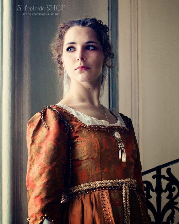 ★✩★ONLY, ORDER★✩★10-12-DAYS★✩★  Schönes Kleid von italienischen frühen Renaissance Mode. Kleiden Sie, ohne Korsett mit hoch angesetzten Taille. Harte Mieder erfüllt Korsett Funktion. Kleid hat abnehmbare Ärmel, die mit dekorativen Kordeln und Schnürung auf der Rückseite befestigen.  Kleid aus zwei Arten von dekorativen Stoff gemacht: mit gold Monogramme - Mieder, Ärmel und Unterrock und monochromen oberen Rock. Kleid mit Borte und Perlen verziert. Kostüm beinhaltet Gürtel aus dicke…