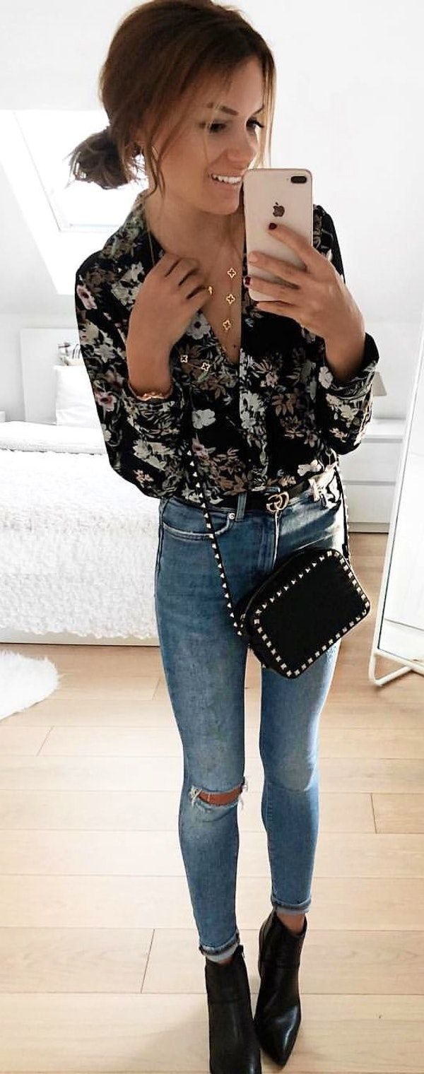 #spring #outfits  woman wearing crossbody bag taking photo on mirror. Pic by @fashionpuglady