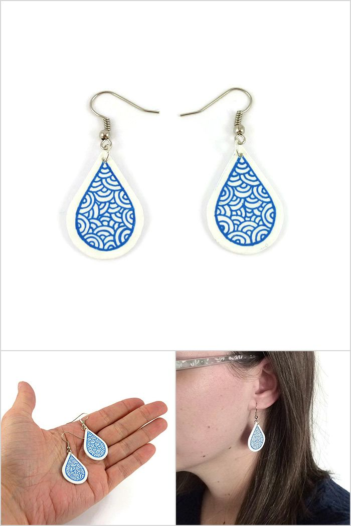 Boucles d'oreille gouttes blanches aux volutes bleues roi métallisées - Bijoux fantaisie réalisés sur commande par @savousepate à partir de plastique recyclé (CD) - Idée cadeau femme