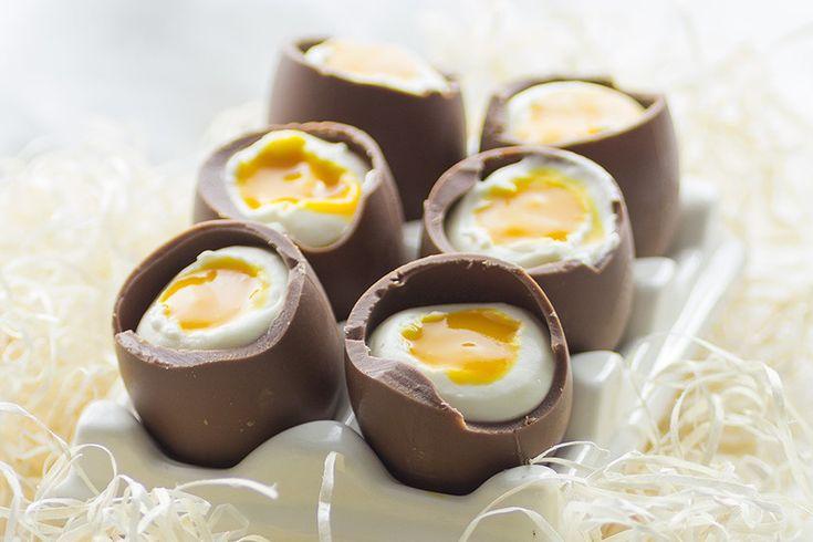 Te explicamos paso a paso, de manera sencilla, la elaboración de Huevos de Pascua con mousse de queso y mango, tiempo de elaboración…
