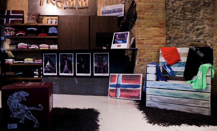 Sillon AQUA. Construido a base de 2 palets y madera reciclada, acabado decapé y barniz al agua. Ideal como elemento de decoración en tienda de moda urban TRAMM #cabanidesign #decoracion #interiores #moda #tramm #urban