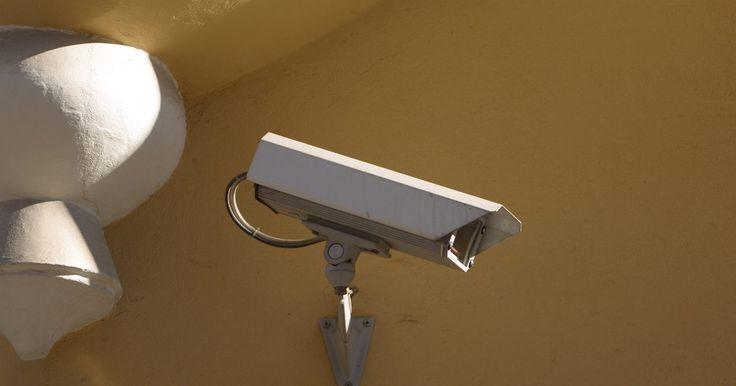 Como instalar uma câmera de vigilância sem fio. Câmeras de vigilância são usadas para propósitos de segurança tanto em casas quanto em outros lugares, como em estabelecimentos comerciais para inspeção. Assim que tiver o endereço de IP da câmera corretamente instalado no computador que estiver usando, poderá ver a área de foco da câmera de qualquer lugar na internet. Dentre as coisas que ...