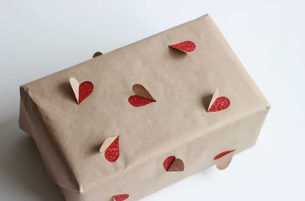 Pacchetto regalo originale con cuori che escono dal pacco. Ideale per incartare i regali del proprio partner  #idee #regalo #regali #pacchetti #pacchetto #natale #compleanno #sanvalentino #amore #amo #cuore