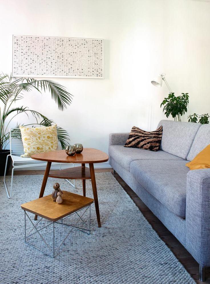 Stue Arkitektens leilighet på Fredensborg i Oslo. STRAM STIL: Sofaen er fra Bolia. Den hvite stolen Hee er fra Hay, og i den ligger en gul og hvit pute fra Donna Wilson/Vitra. Det lave Eames stuebordet er fra Vitra, det høye fra Fretex.
