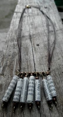 Κολιέ κοντό με καφέ σπάγκο, χάρτινες χάντρες περασμένες σε γράνες,μπρονζέ χαντρούλες | myartshop