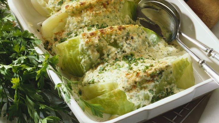 Dieses tolle Ofengericht wärmt im Herbst von innen: Gebackener Weißkohl mit Nusskruste | http://eatsmarter.de/rezepte/gebackener-weisskohl-mit-nusskruste