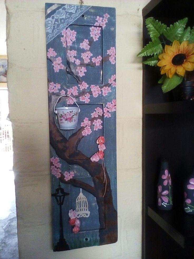 Arbol de cerezo en una ventana reciclada