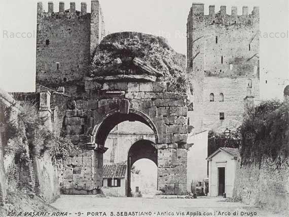 Il cosidetto Arco di Druso e la Porta San Sebastiano. Ai lati della porta, l'ufficio della Guardia di Finanza e quella del dazio, attivo fino al 1906. Anno: fine '800