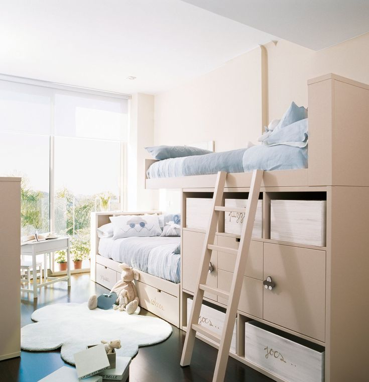Espacio para guardar El mobiliario a doble altura, con camas arriba y zonas de juego o estudio debajo, es la alternativa ideal para habitaciones pequeñas. Armarios, cajas y cajones ayudan a guardar ropa y juguetes. Habitación proyectada por Olga Gimeno. Muebles de Bona Nit.