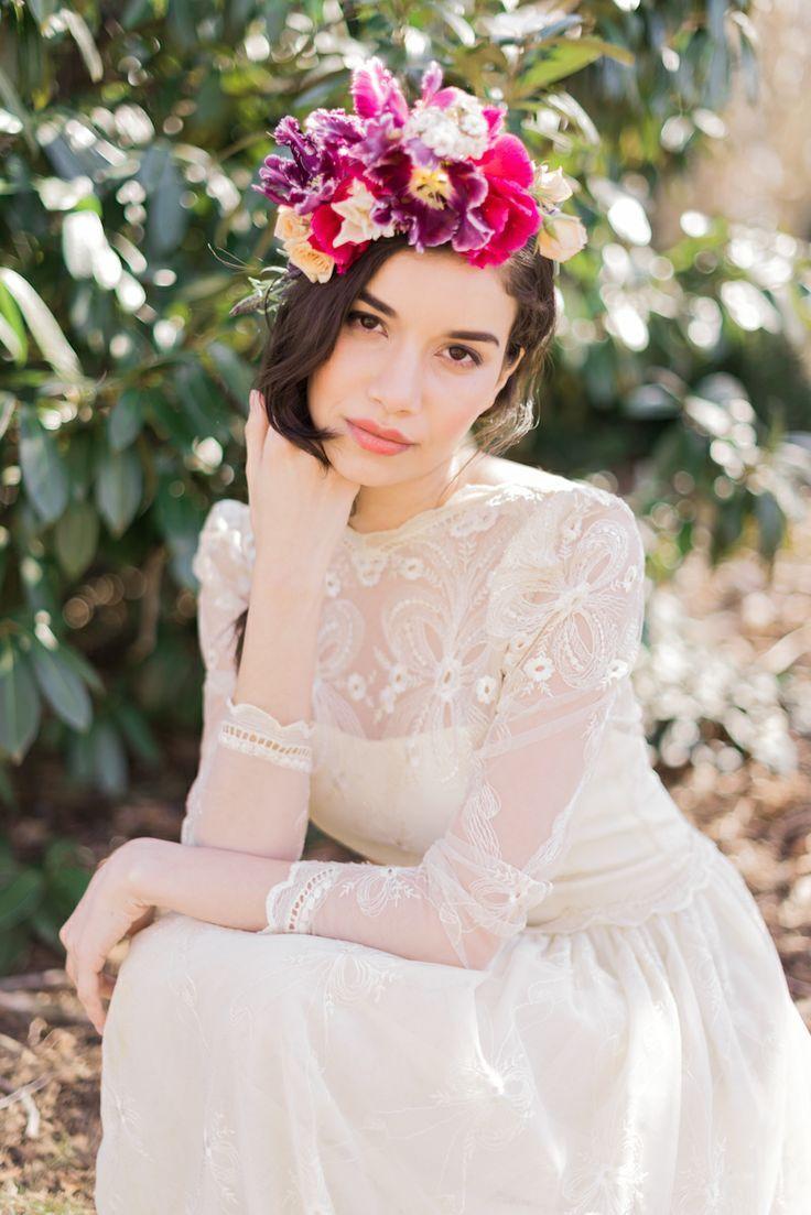 大ぶりのお花でロマンチックに♡ ショートヘアで作るウェディングドレスに合う髪型一覧。ウェディングドレス・カラードレス・花嫁衣装の髪型まとめ。