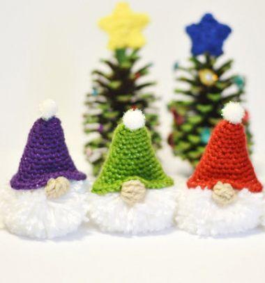 Pompom Christmas gnome with crochet hat (free crochet pattern) // Pompon karácsonyi manó horgolt sapkával (ingyenes horgolásminta) // Mindy - craft tutorial collection // #crafts #DIY #craftTutorial #tutorial #amigurumi #crochet #freeCrochetPattern #freeAmigurumiPattern